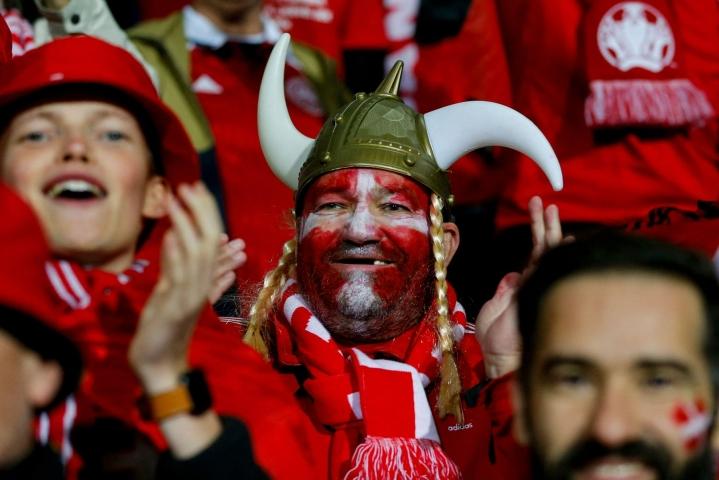 Tanskan maajoukkueen fanit juhlivat voitoa Moldovasta lauantaina. LEHTIKUVA / AFP