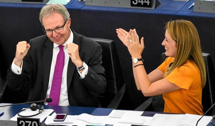 Roberta Metsolaa (oik.) pidetään hyvänä verkostoitujana. Kuva kolmen vuoden takaisesta europarlamentin istunnosta, jossa käsiteltiin tekijänoikeuksia. Vasemmalla Metsolan saksalainen puoluetoveri Axel Voss.