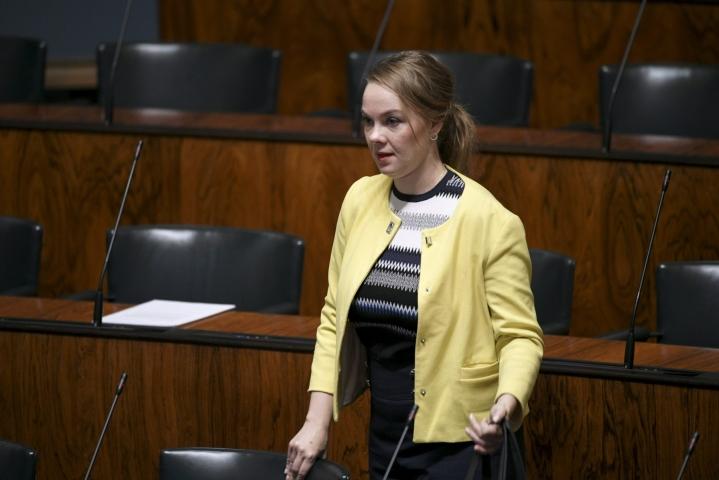 Katri Kulmuni (kesk.) aikoo palata täysipäiväisesti kansanedustajan tehtäviin syksyllä. Kuva eduskunnan täysistunnosta syyskuussa 2020. LEHTIKUVA / MARKKU ULANDER