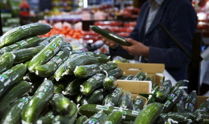 Muovilla on suuri vaikutus kurkun säilyvyyteen. Kaiken muovin kieltäminen saattaisi johtaa ruokahävikin kasvuun. LEHTIKUVA / EMMI KORHONEN