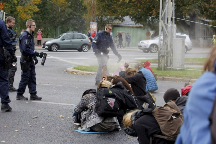 Poliisi käytti kaasusumutetta Elokapinan mielenosoittajia vastaan Helsingin Kaisaniemessä viime vuoden lokakuussa. Lehtikuva / handout / Elokapina