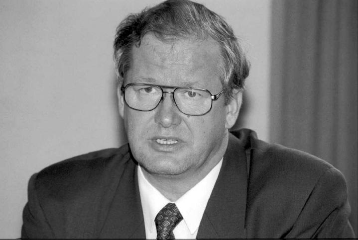 Puhakka teki pitkän uran SDP:ssä, kansanedustajana, ministerinä, Kansaneläkelaitoksen johtajana sekä useissa muissa luottamustehtävissä.  Kuva vuodelta 1995. LEHTIKUVA / Marja Seppänen-Helin