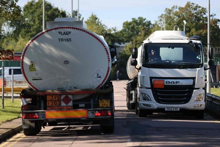 Brittien huoli polttoaineen saatavuudesta saattaa vaihtua pian huoleksi bensan hinnasta. LEHTIKUVA/AFP