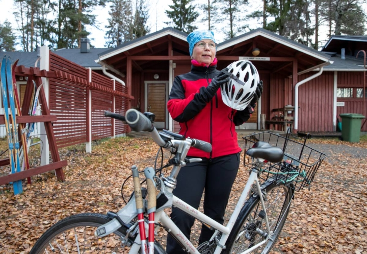 Joensuun Ladun puheenjohtaja Marjatta Partanen otti kypärän päästä ja lähti Lykynlammen vaihteleviin maastoihin sauvakävelylenkille.