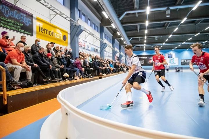 Ottelua oli ahtautunut Raatekankaan liikuntahallille seuraamaan 174 katsojaa. Tamperelaisten Mikko Kelkkaa ahdistavat Josbasta Aapo Hämäläinen ja Olli Arkkila (oik.).
