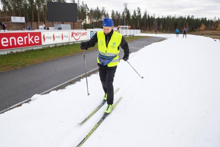 Tarmo Jouhkimo hiihtää Kontiolahden ladulla kuutena päivänä viikossa ja tekee samalla myös latuvalvontaa.
