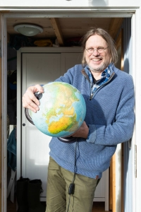 Maantieteen professori Ari Lehtinen myöntää, että maapallo on kuin onkin vähän litteä - hän kertoo myös syyn siihen, miksi Grönlanti on kartoissa toisinaan suhteettoman suuri