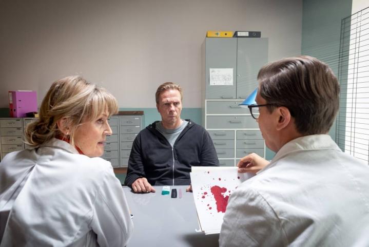Jukka Rasila näyttelee sarjakuristajaa ja Milka Ahlroth sekä Eero Ritala mielentilatutkimuksia tekeviä lääkäreitä. Sarjaa kuvattiin Kellokosken mielisairaalassa.
