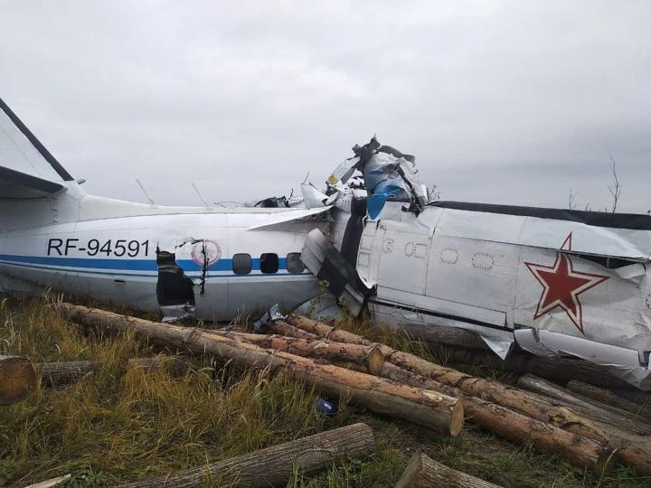 Lentokoneen hylky lähellä Menzelinskin kaupunkia Tatarstanissa.  LEHTIKUVA / AFP / HANDOUT: VENÄJÄN HÄTÄTILAMINISTERIÖ