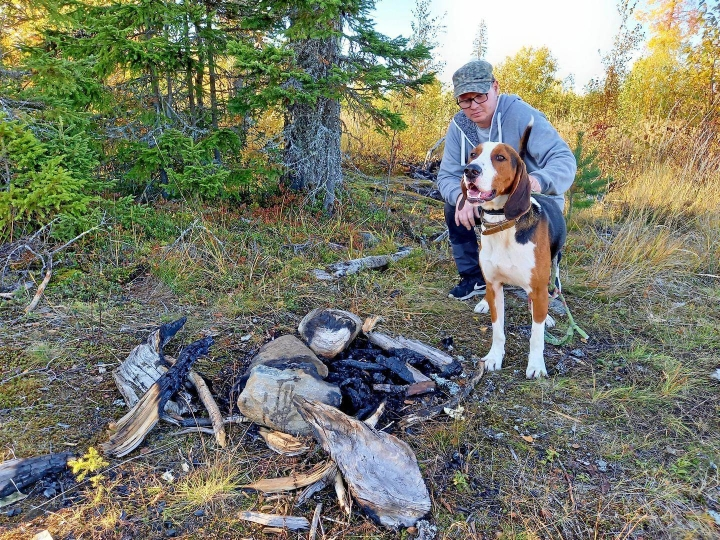 Petri Närhi oli jänismetsällä, kun Into-koira löysi nuotiossa kärventyneen pään, jonka uskotaan kuuluneen koiralle. Kukaan ei ole tehnyt ilmoitusta kadonneesta koirasta.