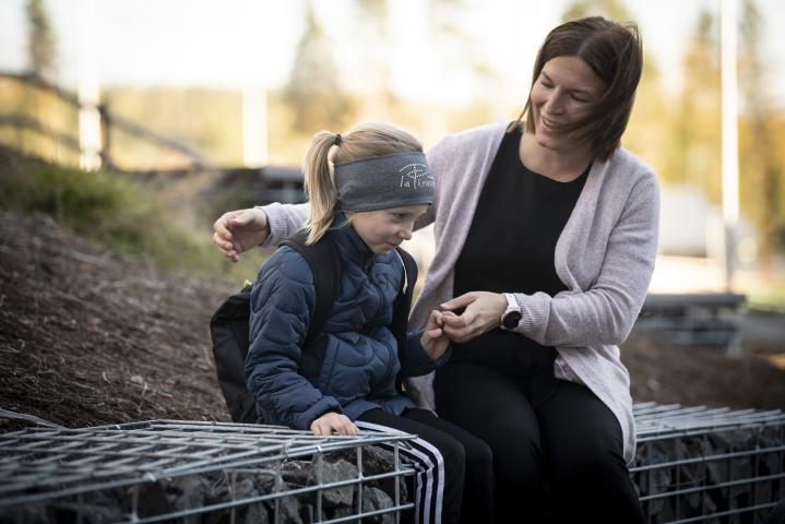 Beata Hokkanen, 7, pitää iltapäiväkerhosta, koska siellä näkee kavereita myös rinnakkaisluokilta. Äiti Mari Hokkasen mukaan myös perheen kaksi isompaa sisarusta viihtyivät kerhossa.