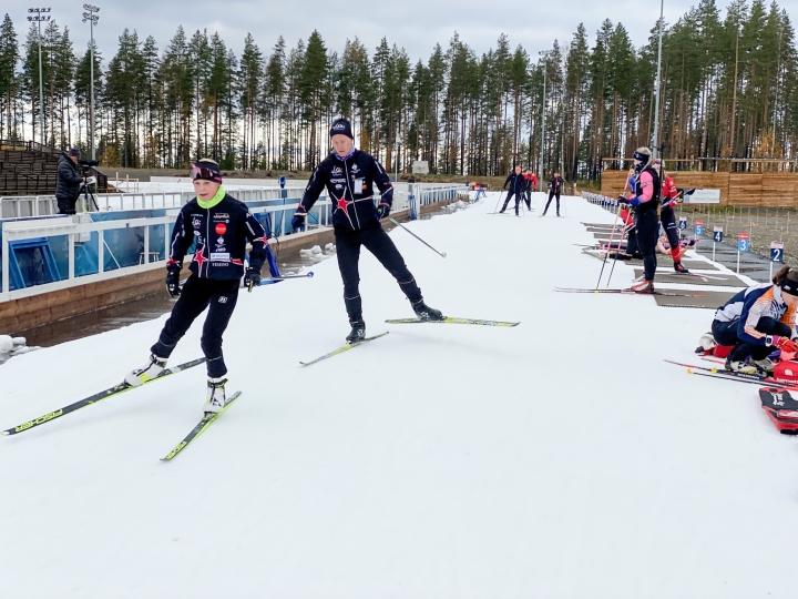 Hiihtokausi Kontiolahdella on käynnissä. Kuvassa hiihtävät Lotta Peltola ja Ilari Nissinen.