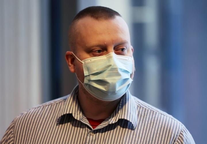 Entistä Jyväskylän kaupunginvaltuutettua Teemu Torssosta syytetään muun muassa miehen uhkaamisesta jääkairalla. LEHTIKUVA / VALTTERI VAINIO