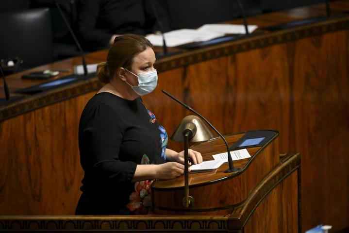 Viikon hoitotakuu koskee niin fyysistä kuin psyykkistäkin hoitoa, huomautti täysistunnossa perhe- ja peruspalveluministeri Krista Kiuru. LEHTIKUVA / ANTTI AIMO-KOIVISTO