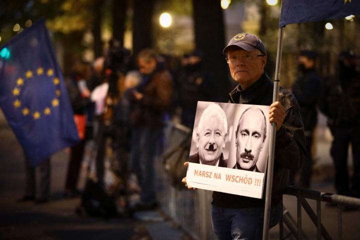 Puolan perustuslakituomioistuimen edustalle oli kokoontunut torstai-iltana pieni joukko mielenosoittajia. Miehen kyltissä Puolan valtapuolueen johtaja Jaroslaw Kaczynski ja Venäjän presidentti Vladimir Putin esitetään diktaattoreina. LEHTIKUVA/AFP