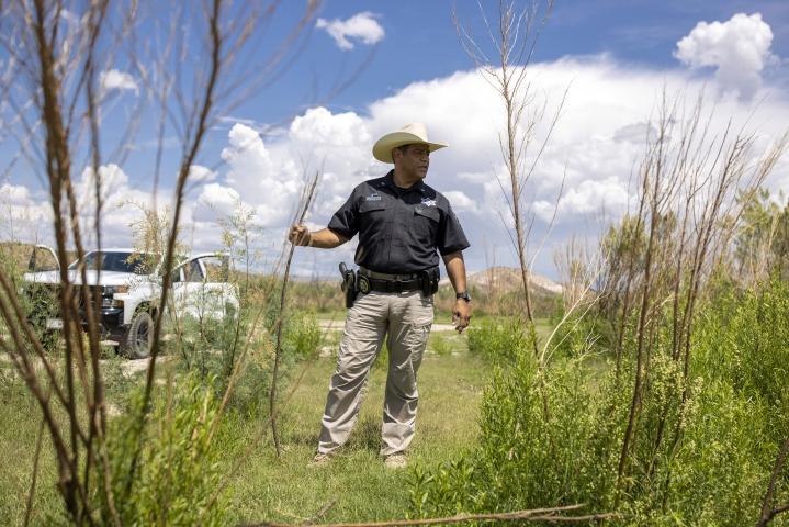 Yhdysvaltain tulli- ja rajavaltiolaitoksen löytämien ruumiiden määrä on synkässä kasvussa: heinäkuun aikana löytyi lähes 400 kuollutta siirtolaista. Tilanne on saanut sheriffi Oscar E. Carrillon pohtimaan viranomaisuransa jatkoa.