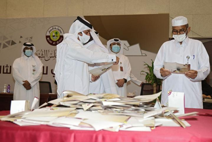 Qatarissa pitkälti symbolisina pidetyissä vaaleissa lauantaina yksikään naisehdokas ei tullut valituksi maan edustusneuvostoon. LEHTIKUVA/AFP