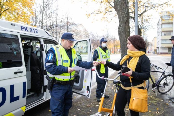Jaana Tasma suhtautui hyväksyvästi liikennevirhemaksuun, jonka sai vanhemmalta konstaapelilta Petri Malolta. Taustalla ylikonstaapeli Lasse Voutilainen.