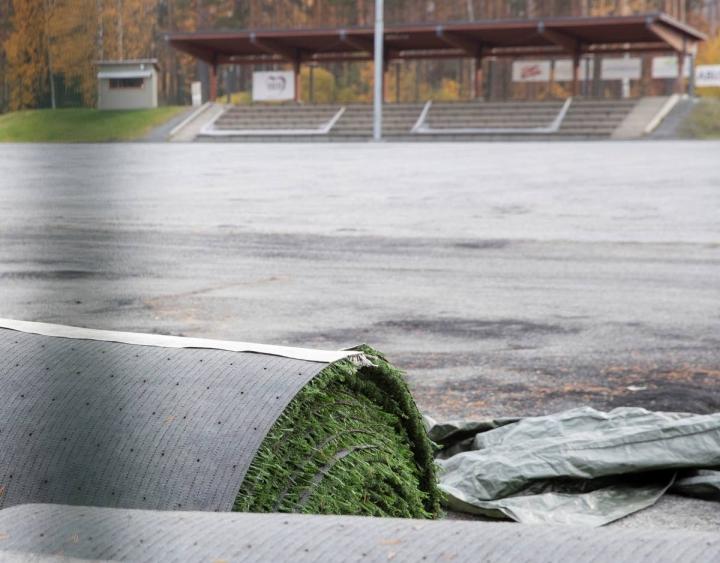 Mehtimäen tekonurmikentän remontti alkoi tänä syksynä. Tekonurmi on otettu jo pois ja se viedään Koillispuiston kentälle.