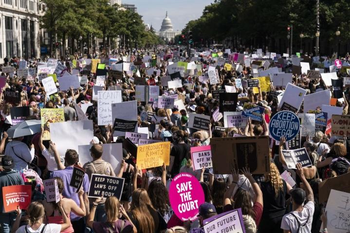Washingtonissa mielenosoitus kulki Valkoisen talon edustalta Yhdysvaltain korkeimman oikeuden rakennuksen ulkopuolelle. LEHTIKUVA/AFP