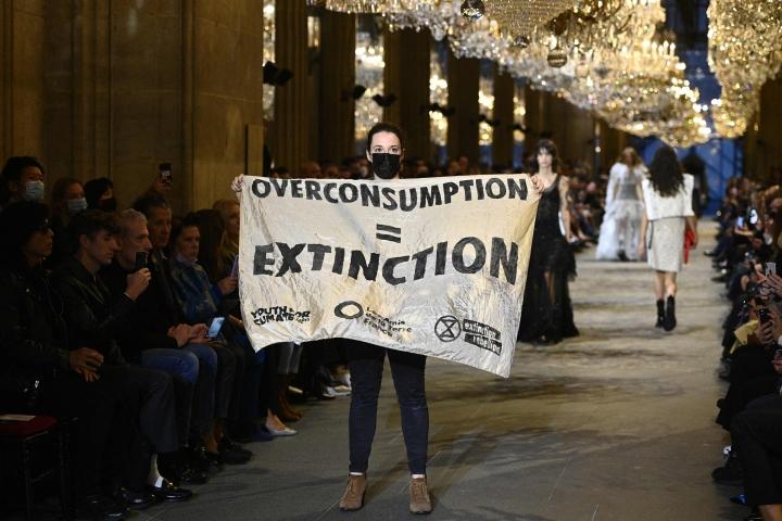 Kansainvälisen Extinction Rebellion -ympäristöliikkeen aktivistit ryntäsivät tiistaina muotimerkki Louis Vuittonin catwalkille Pariisin muotiviikoilla.