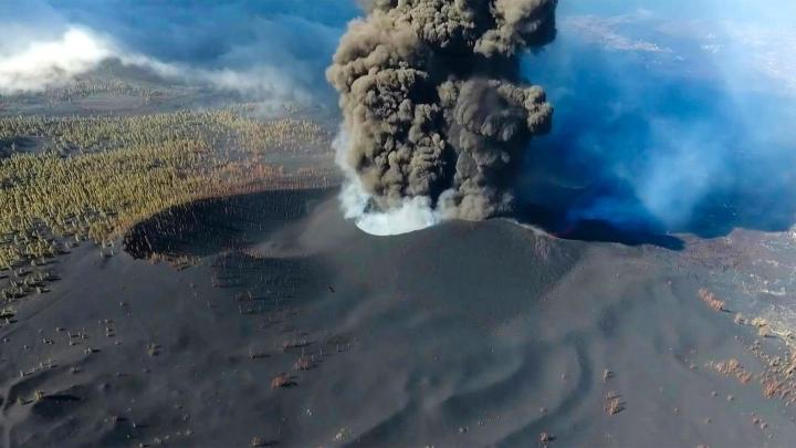 Kanarialla La Palma -saaren lentokenttä on suljettu taas vulkaanisen tuhkapilven takia. LEHTIKUVA/AFP
