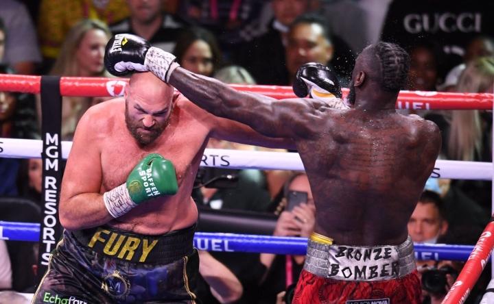 Tyson Fury Britanniasta (vas.) ja Deontay Wilder Yhdysvalloista kamppailivat Las Vegasissa. LEHTIKUVA / AFP