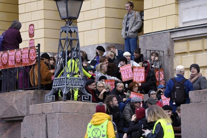 Valtioneuvoston linnan portaille asettuneet mielenosoittajat eivät totelleet poliisin poistumiskäskyä. Lehtikuva / Antti Aimo-Koivisto