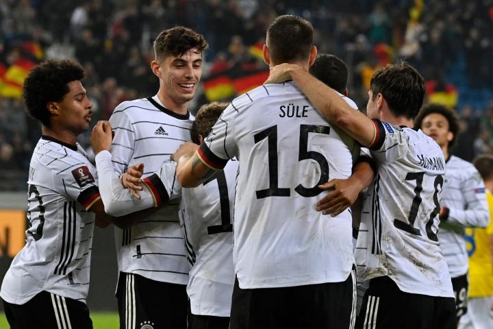 Saksalaiset juhlivat Thomas Müllerin maalia. LEHTIKUVA / AFP