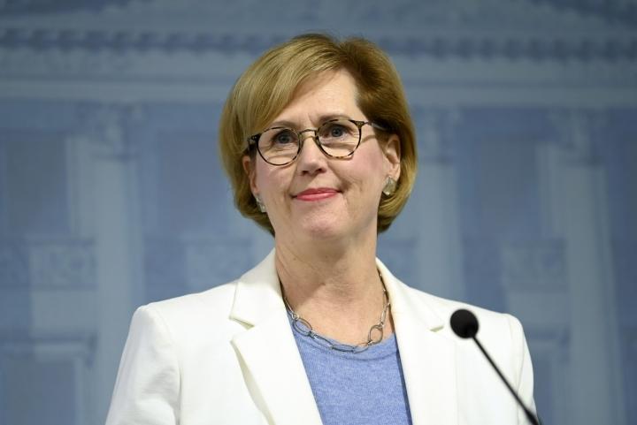 Työministeri Tuula Haatainen (sd.) ei pelkää, että laki johtaisi hakemustehtailuun. LEHTIKUVA / Emmi Korhonen
