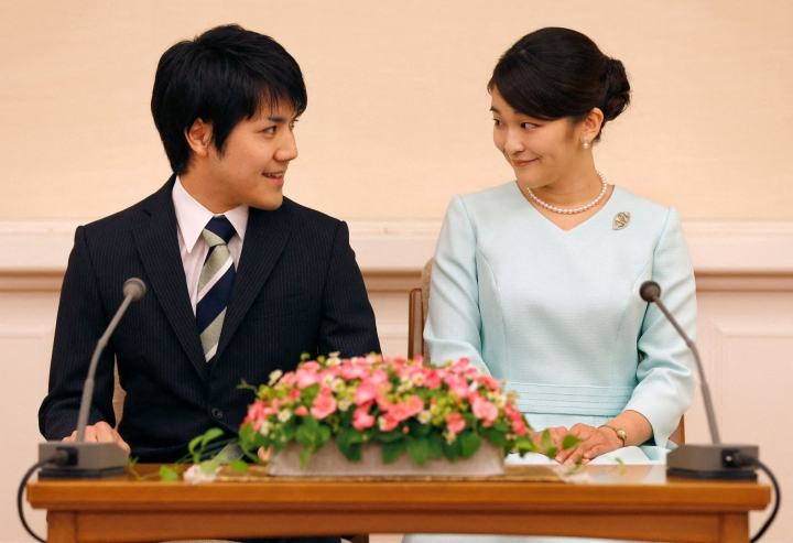 Pari ilmoitti avioaikeistaan jo vuonna 2017, mutta häitä on lykätty muun muassa Komuron äidin talousongelmien vuoksi. Lehtikuva/AFP