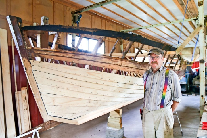 Timo Ratilainen kunnostaa Rasimäen kyläpajalla 90 vuotta vanhaa venettä, joka oli ehtinyt seistä ulkona pitkään.