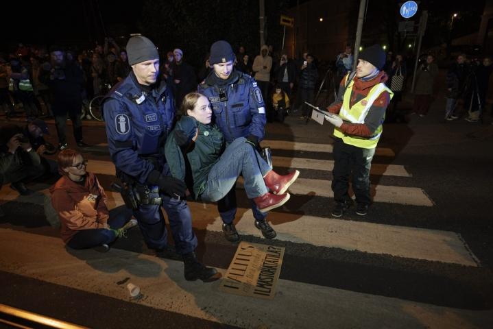 Poliisi antoi aiemmin illalla mielenosoittajille poistumiskäskyn. LEHTIKUV / Seppo Samuli
