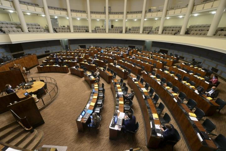 Eduskunta kokoontuu tänään ilman koronarajoituksia. Täysistuntosalissa otetaan käyttöön kaikkien kansanedustajien normaalit permantopaikat.