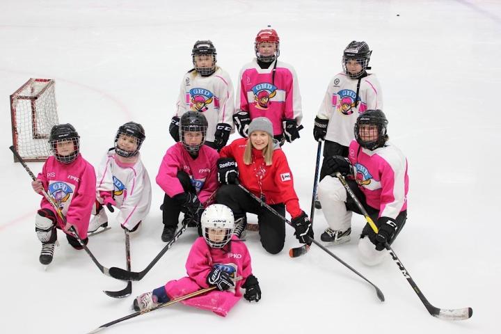Marie Vainikainen (keskellä) valmentaa joensuulaisia tyttökiekkoilijoita.