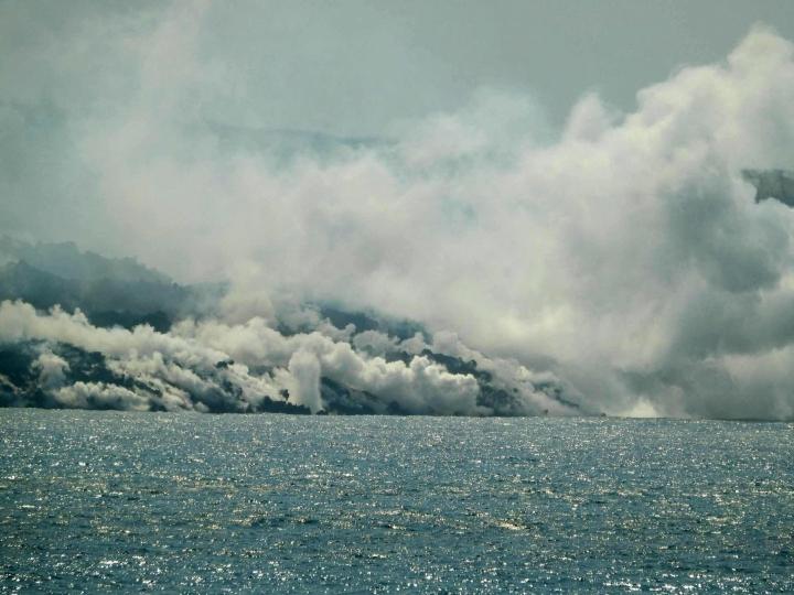 Tulivuoresta virrannut laava on muodostanut mereen yli 20 hehtaarin kokoisen laavatasanteen. LEHTIKUVA/AFP