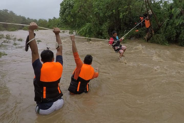 Pelastajat evakuoivat maanantaina ihmisiä Gonzagan kaupungissa Filippiinien pohjoisosassa. Kuva on kaupungin pelastusviranomaisten välittämä. LEHTIKUVA / AFP
