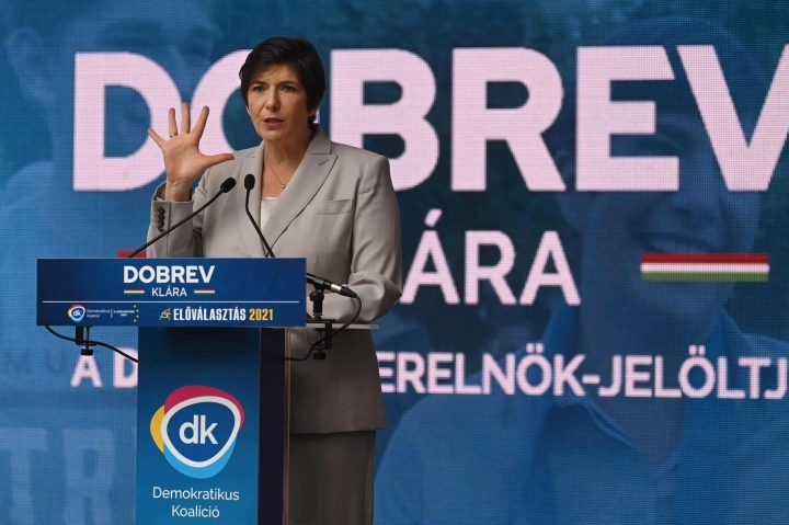 Klara Dobrev luonnehtii itseään sosiaalidemokraatiksi. Kuva esivaalikampanjoinnin loppusuoralta Budapestistä.  LEHTIKUVA / AFP