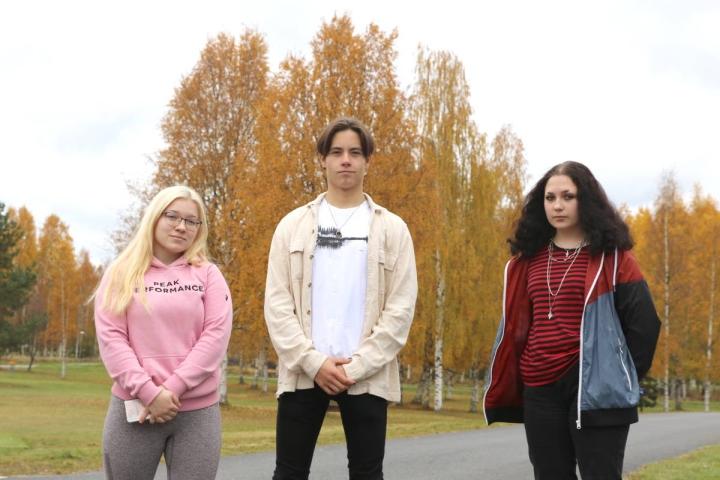 Lieksan lukion oppilaat Silja Pehkonen, Pyry Hiltunen ja Christa Pehkonen kertovat Lieksan olevan mukava asuinpaikka, mutta siellä ei ole heille jatko-opiskelumahdollisuutta.