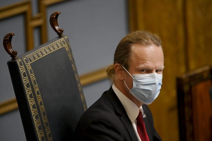 Asiasta kertoi eduskunnan ensimmäinen varapuhemies Juho Eerola (ps.) täysistunnon aluksi. Valtaosa edustajista oli ilman maskia, kun eduskunta aloitti lähetekeskustelun. LEHTIKUVA / EMMI KORHONEN
