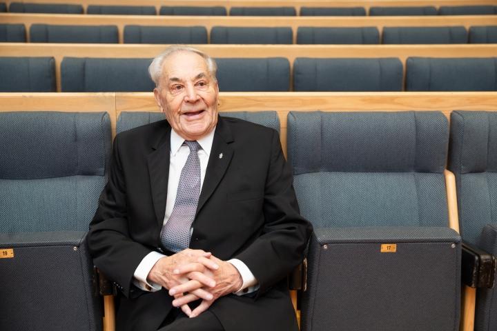 Niilo Vunneli, 98, kertoi sota-ajasta Muistojen konsertin väliajalla. Hän toivoo, ettei kenenkään enää tarvitsisi kokea sotaa.