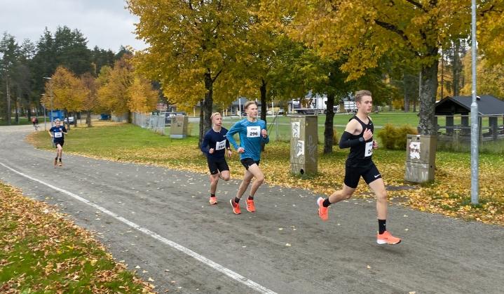 Eemeli Hirvonen otti heti kilpailun alkuvaiheissa kärkipaikan ennen Väinö Kontkasta ja Luukas Mäkelää.