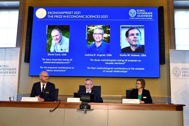Taloustieteen palkinnon Alfred Nobelin muistoksi saavat ekonomistit David Card, Joshua Angrist ja Guido Imbens Yhdysvalloista. LEHTIKUVA / AFP