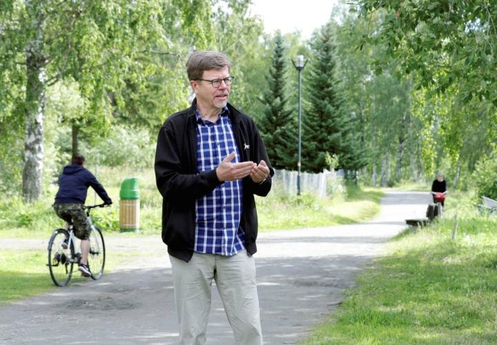 Jyväskylän yliopiston liikuntasosiologian professori Hannu Itkonen asuu Joensuussa. Hänen urheilutaustansa on Varkaudesta.