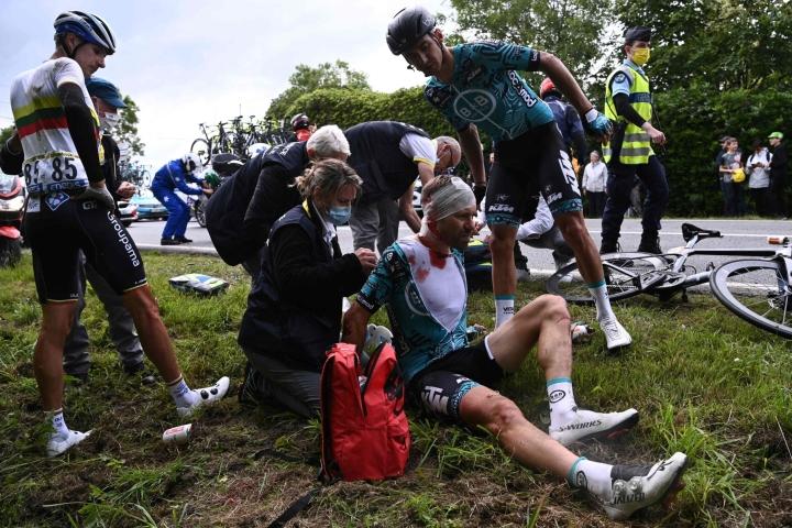 Kymmenet kilpapyöräilijät saivat kolarisumassa vammoja kilpailun ensimmäisenä päivänä kesäkuussa. Lehtikuva/AFP