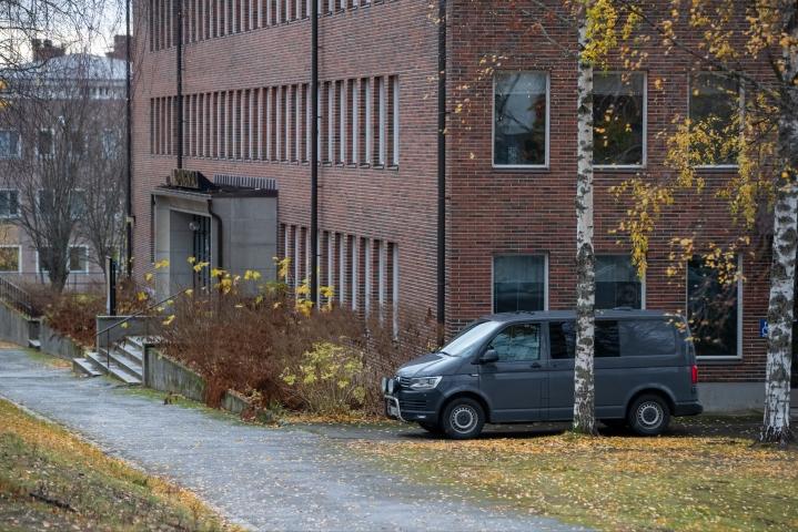 Kuopiosta saapunut poliisin pommiryhmä tutki Nurmeksen kaupungintaloa tiistaina.