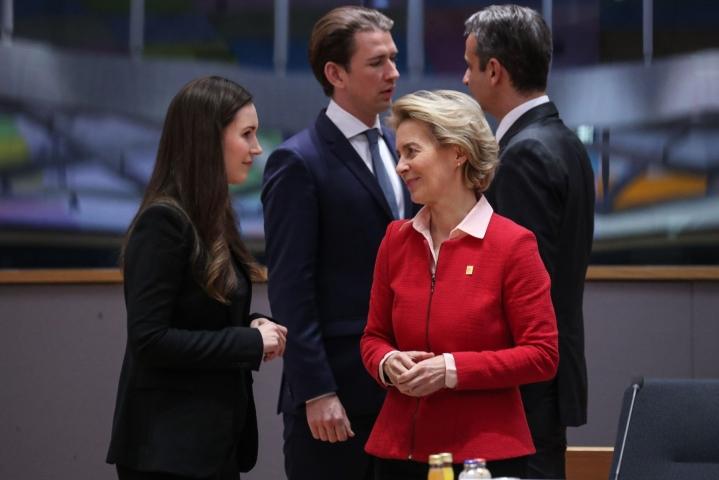 Pääministeri Sanna Marin (vas.) keskustelemassa EU-komission Ursula von der Leyerin kanssa Brysselissä viime vuoden helmikuussa. LEHTIKUVA / AFP