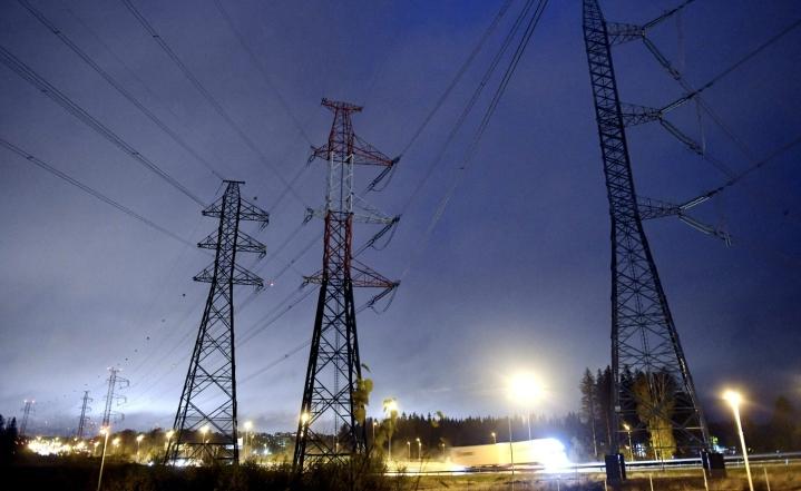 Suomen kantaverkkoon kuuluu noin 14400 kilometriä voimajohtoja ja 120 sähköasemaa. LEHTIKUVA / Heikki Saukkomaa