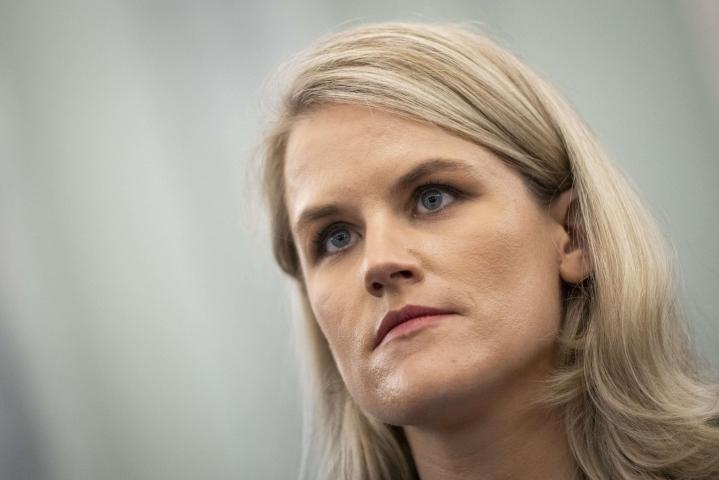 Facebook-yhtiön sisäisiä käytäntöjä vuotanut entinen työntekijä puhui tiistaina Yhdysvaltain senaatin valiokunnassa, joka käsittelee sosiaalisen median turvallisuutta. LEHTIKUVA / Getty Images / AFP