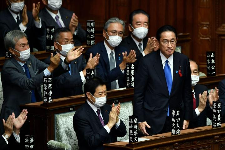 Japanin parlamentti hyväksyi Fumio Kishidan (seisomassa) valinnan maan uudeksi pääministeriksi. LEHTIKUVA / AFP